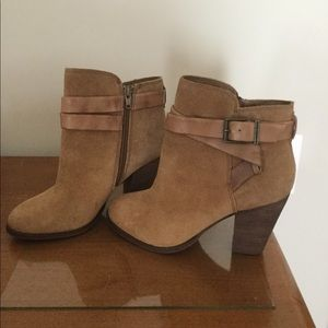 Tan suede Giani Binni booties
